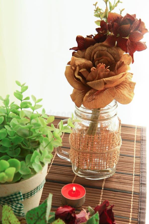 Romantischer Kerzenhalter mit schöner Blumendekoration stockbilder