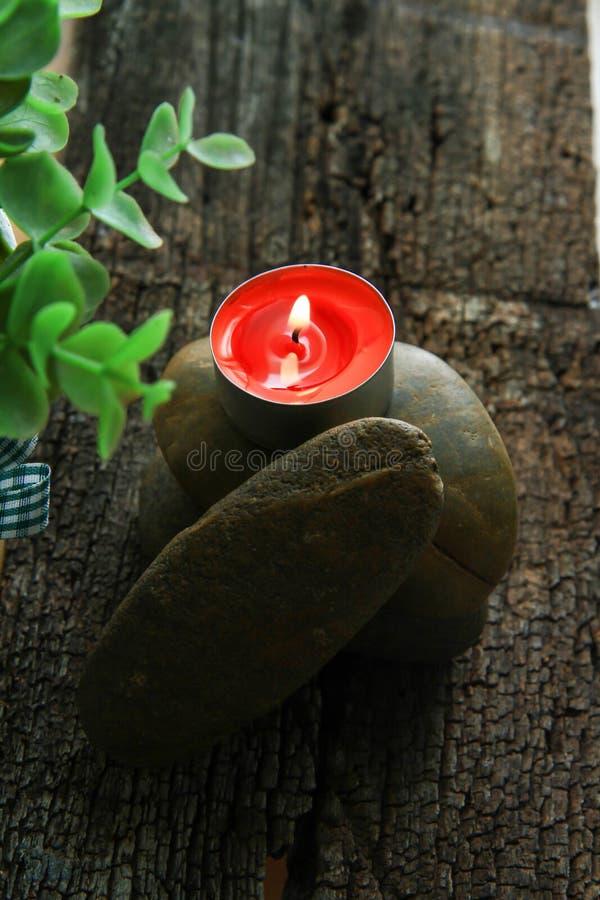 Romantischer Kerzenhalter mit schöner Blumendekoration lizenzfreie stockfotos