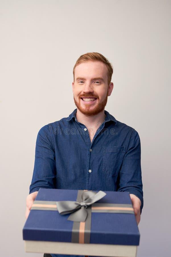 Romantischer Mann mit giftbox lizenzfreie stockfotografie