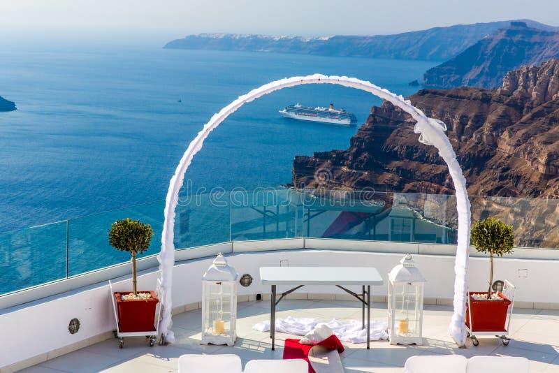 Romantischer Platz für Hochzeitszeremonie in Santorini-Insel, Kreta, Griechenland lizenzfreies stockbild
