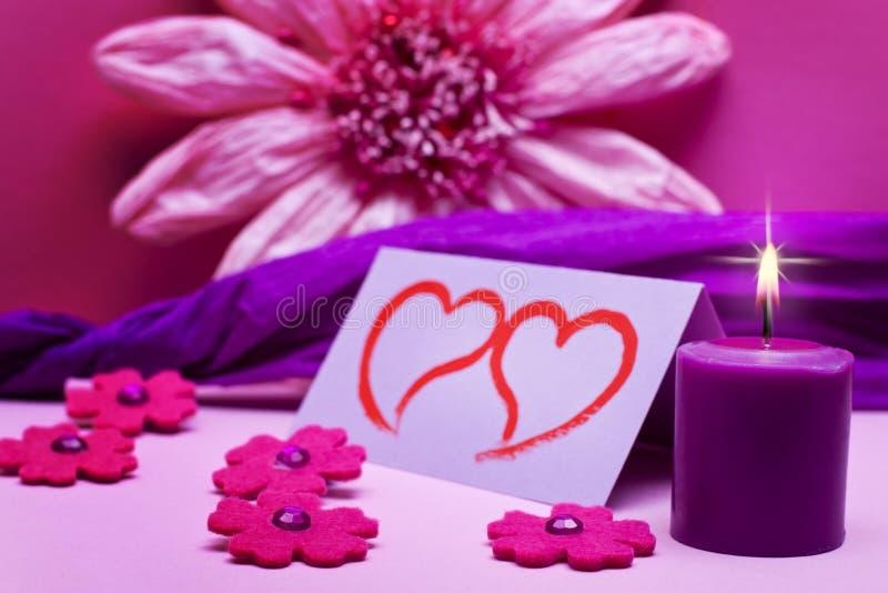 Romantischer rosa Hintergrund mit Kerze stockbild