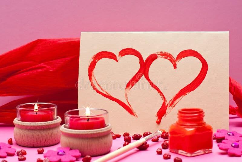 Romantischer rosa Hintergrund mit roten Kerzen lizenzfreie stockfotografie