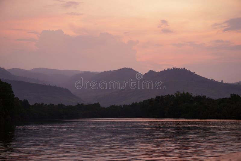 Romantischer rosa Sonnenuntergang mit ruhigem See und entfernten Bergen Schönes asiatisches Landschaftsfoto Süßwasserfluß stockfotos