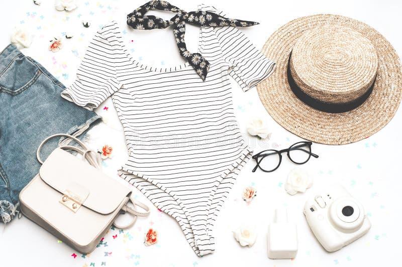Romantischer Sommerblick Hemd des weiblichen Körpers, Strohhut, Gläser und eine kleine Handtasche lizenzfreies stockbild