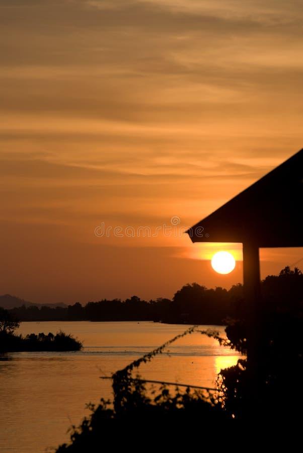 Romantischer Sonnenuntergang auf einem Fluss stockfoto