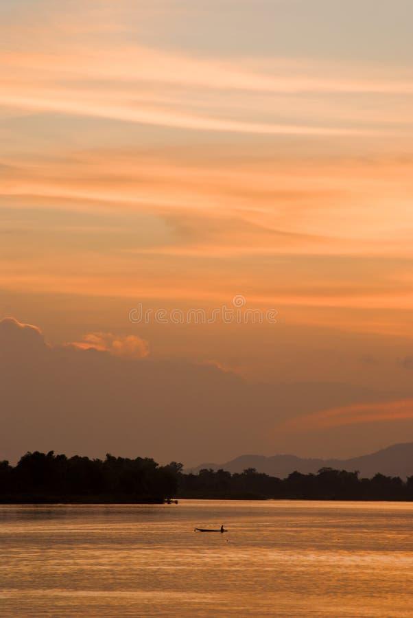 Romantischer Sonnenuntergang auf einem Fluss stockbild