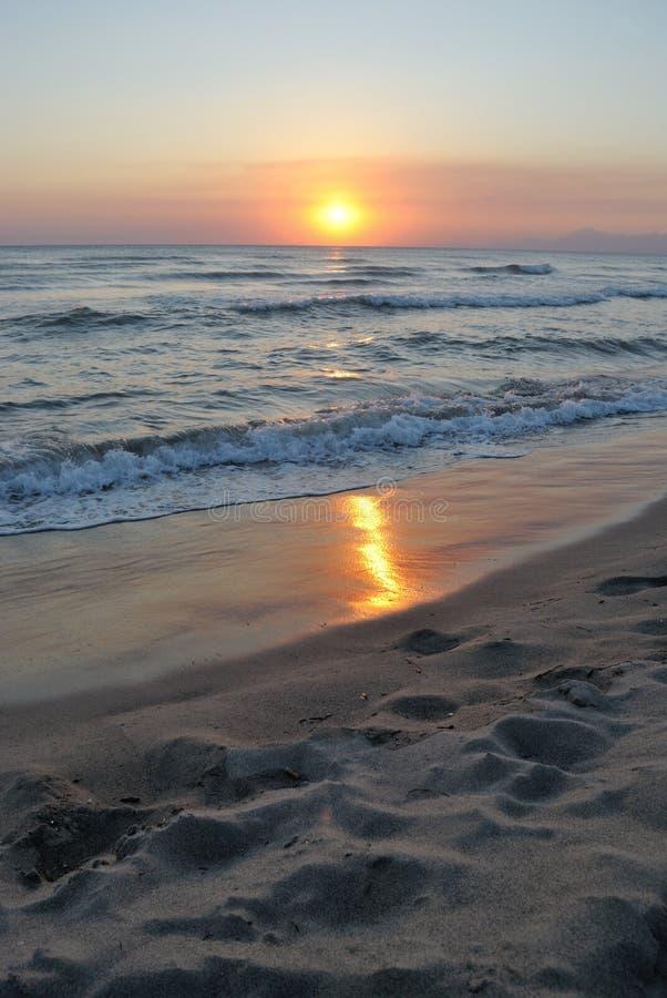 Romantischer Sonnenuntergang dachte über den Strand nach, vertikal lizenzfreie stockfotos