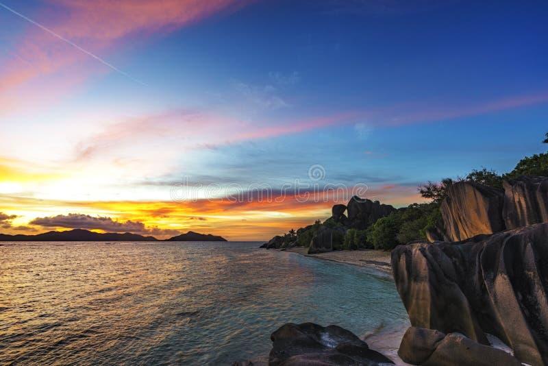 Romantischer Sonnenuntergang im Paradies, anse Quelld ` argent, La digue, sey stockfotografie