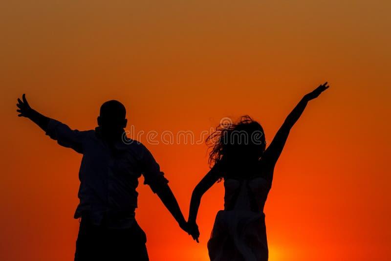 Romantischer Sonnenuntergang und Schattenbilder von Liebhabern stockfoto