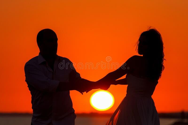 Romantischer Sonnenuntergang und Schattenbilder von Liebhabern lizenzfreie stockfotografie
