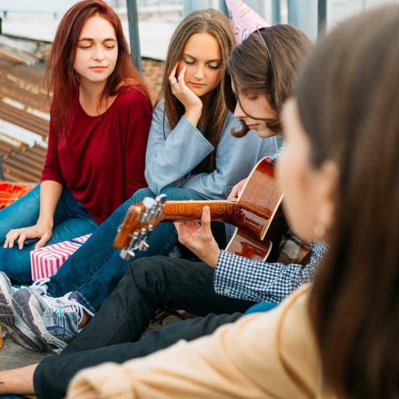 Romantischer Ton des Jungenspielgitarrenkunstmusik-Lebensstils lizenzfreie stockfotografie