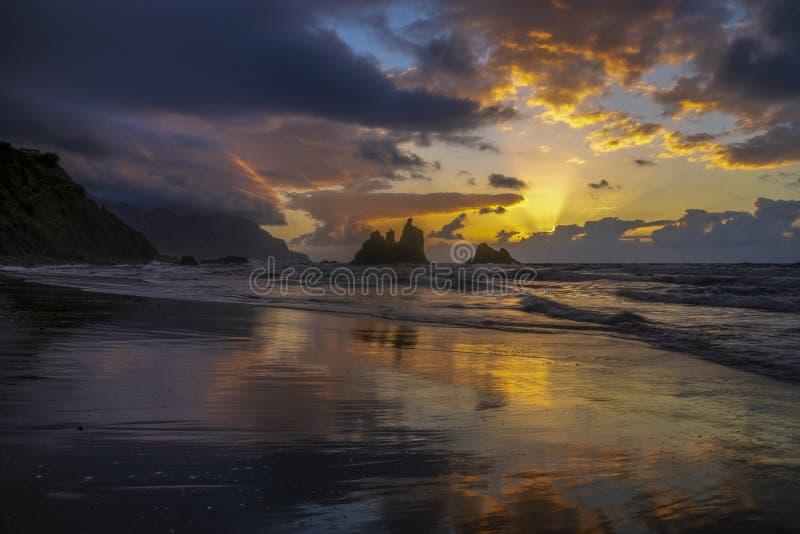 Romantischer und gleichzeitig drastischer Sonnenuntergang auf Benijo-Strand herein stockbild