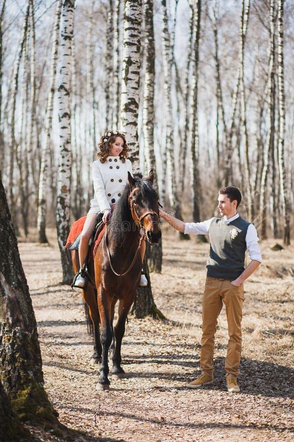 Romantischer Weg der Braut und des Bräutigams stockbilder