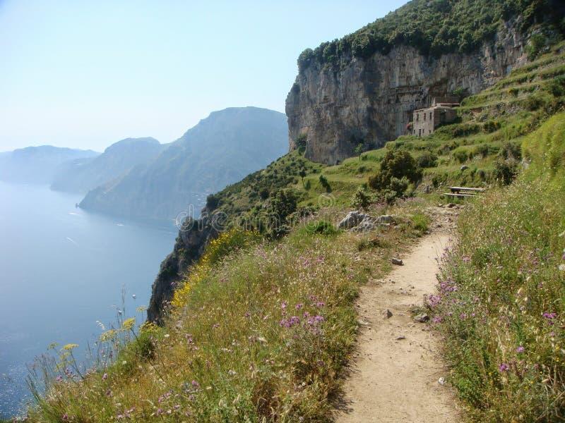 Romantischer Weg nannte Weg der Götter auf der Amalfi-Küste in der Seifenlösung von Italien lizenzfreies stockbild