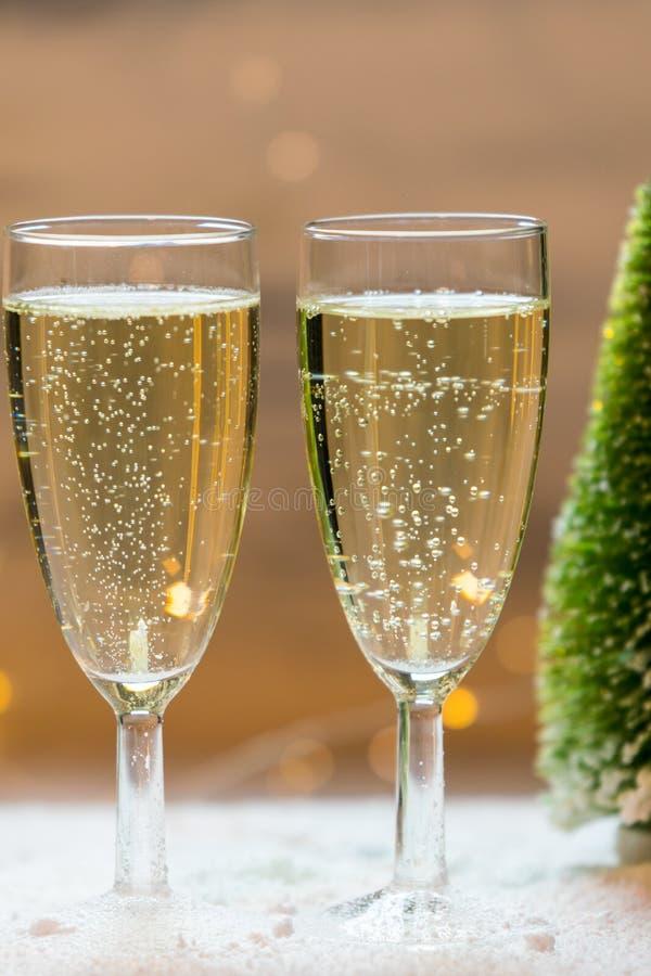 Romantischer, weißer und goldener Winterhintergrund mit zwei Gläsern Champagner stockbild