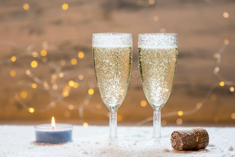 Romantischer, weißer und goldener Winterhintergrund mit zwei Gläsern Champagner stockfoto