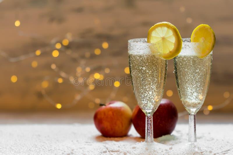 Romantischer, weißer und goldener Winterhintergrund mit zwei Gläsern Champagner stockfotografie