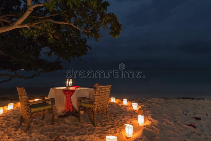 Romantisches Abendessen auf einem Strand von Phi Phi Don Island in Krabi, Thailand lizenzfreie stockbilder