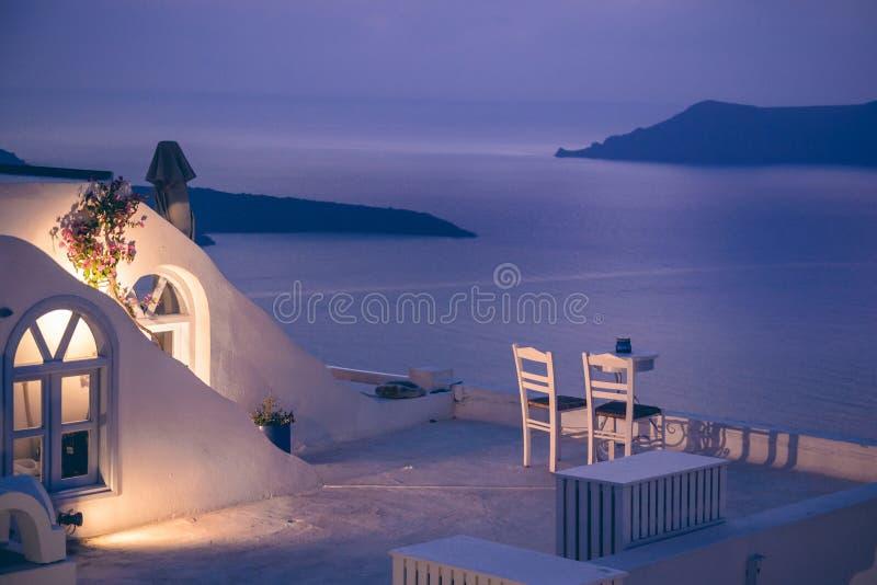 Romantisches Abendessen auf Santorini-Insel, Griechenland lizenzfreie stockfotografie