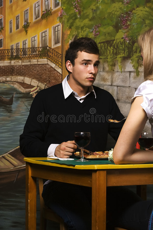 Romantisches Abendessen in der Pizzeria lizenzfreie stockfotos