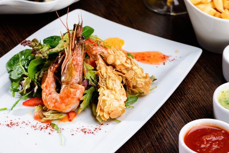Romantisches Abendessen an einem Restaurant Köstliche zugebereitete Garnele mit stockfotografie