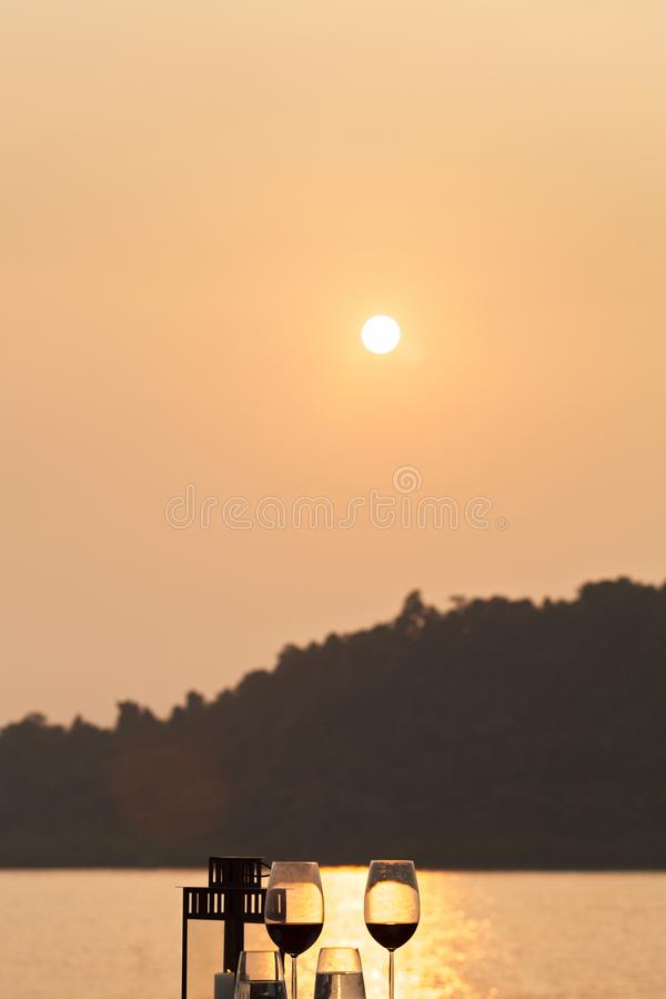 romantisches Abendessen gründete zur Sonnenuntergangzeit mit der Sonne lizenzfreie stockfotografie
