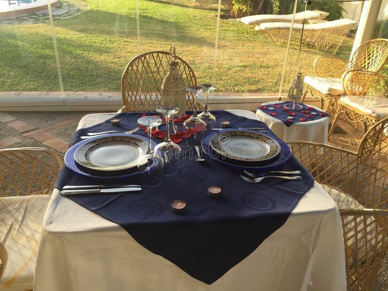 Romantisches Abendessen heraus stockbild