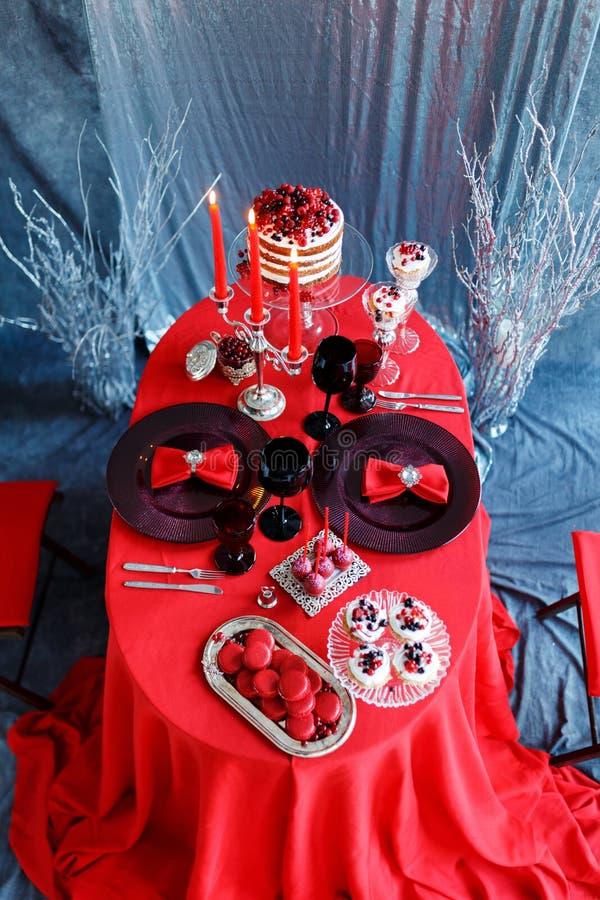 Romantisches Abendessen mit Kerzen und Gläsern Champagner für Valentinsgruß-Tag stockbild