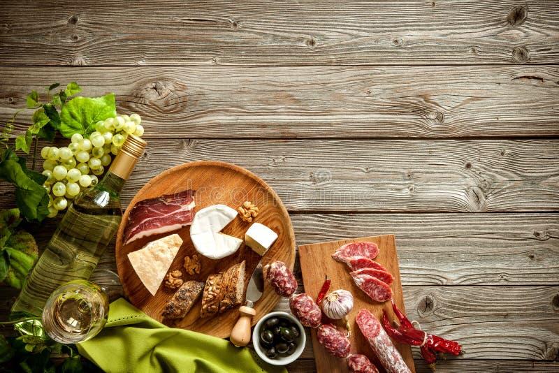 Romantisches Abendessen mit Wein, Käse und traditionellen Würsten stockfotos