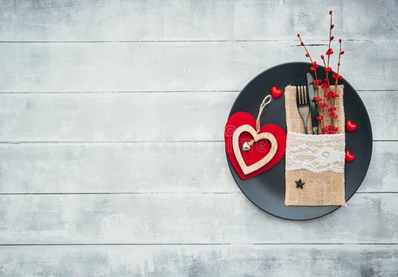 Romantisches Abendessenkonzept Festliches Gedeck für Valentinsgruß-Tag stockfotografie