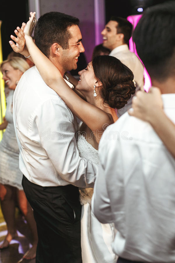 Romantisches Braut- und Bräutigamtanzen des verheirateten Paars an Hochzeit recep stockbild
