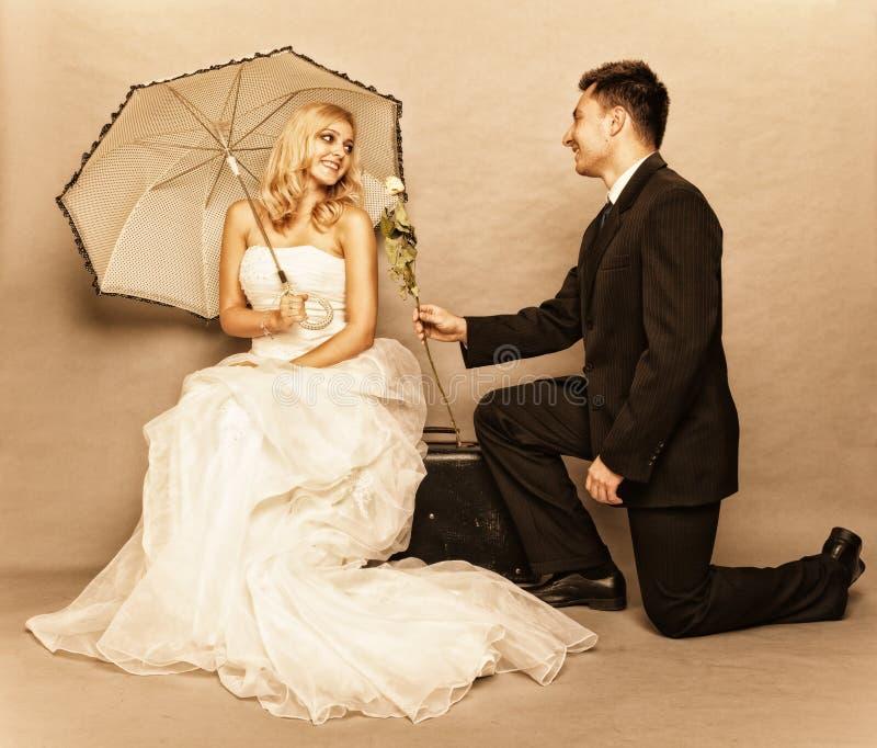 Romantisches Brautbräutigam-Weinlesefoto des verheirateten Paars stockbild