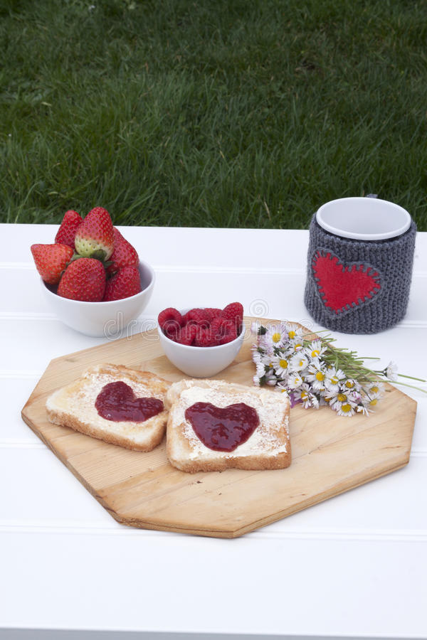 Romantisches Frühstück in einem Garten lizenzfreies stockfoto