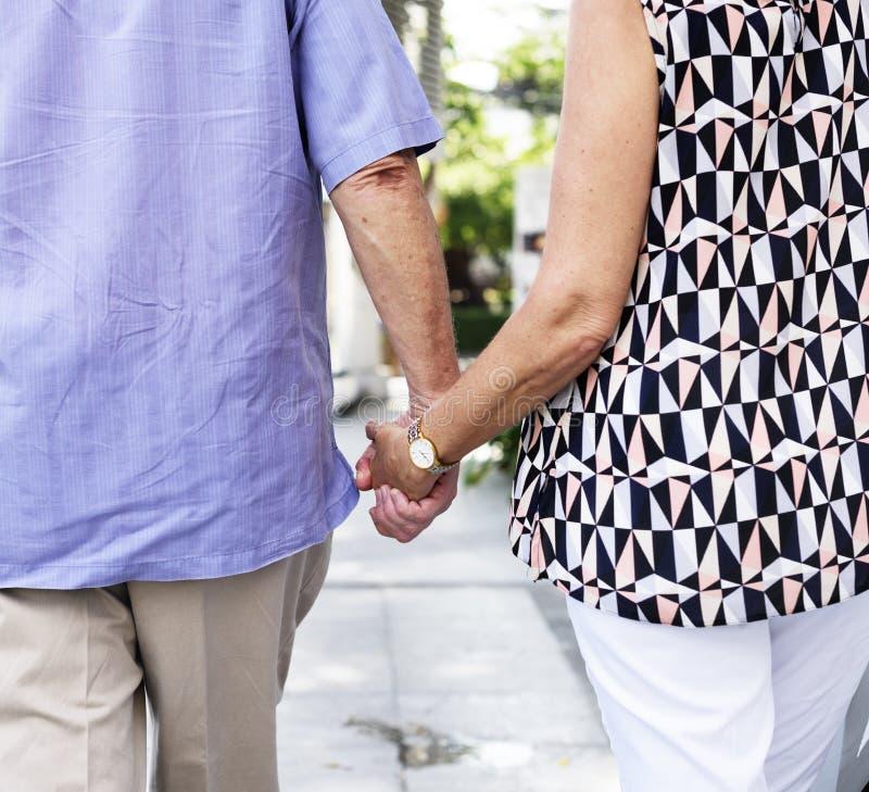 Romantisches Händchenhalten der reifen Leute lizenzfreie stockfotos