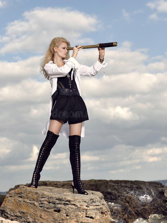 Romantisches junges schönes Mädchen mit einem Fernglas stockfoto