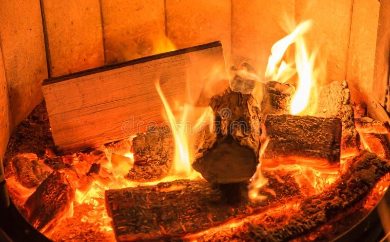 Romantisches Lagerfeuer in einem Brennholzofen lizenzfreie stockbilder