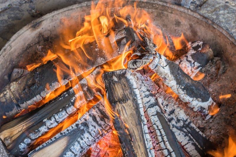 Romantisches Lagerfeuer in einer Feuerschüssel stockfotografie