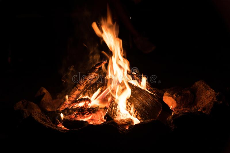 Romantisches Lagerfeuer nachts - Nahaufnahme stockbild