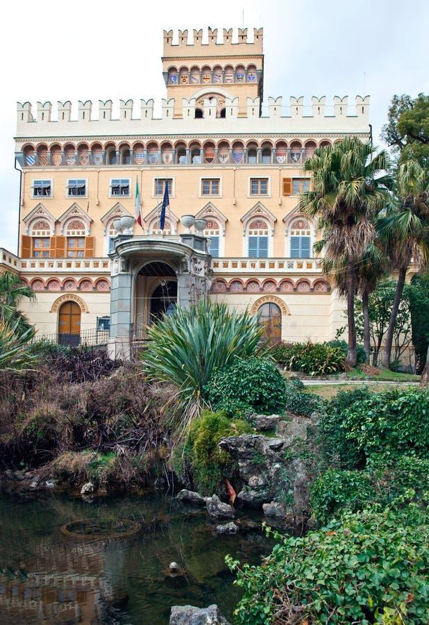 Romantisches Landhaus reflektiert im Brunnen lizenzfreies stockfoto