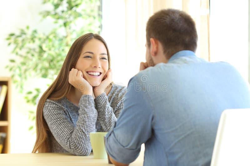 Romantisches Mädchen, das in einem ersten Datum sich verliebt stockfotografie