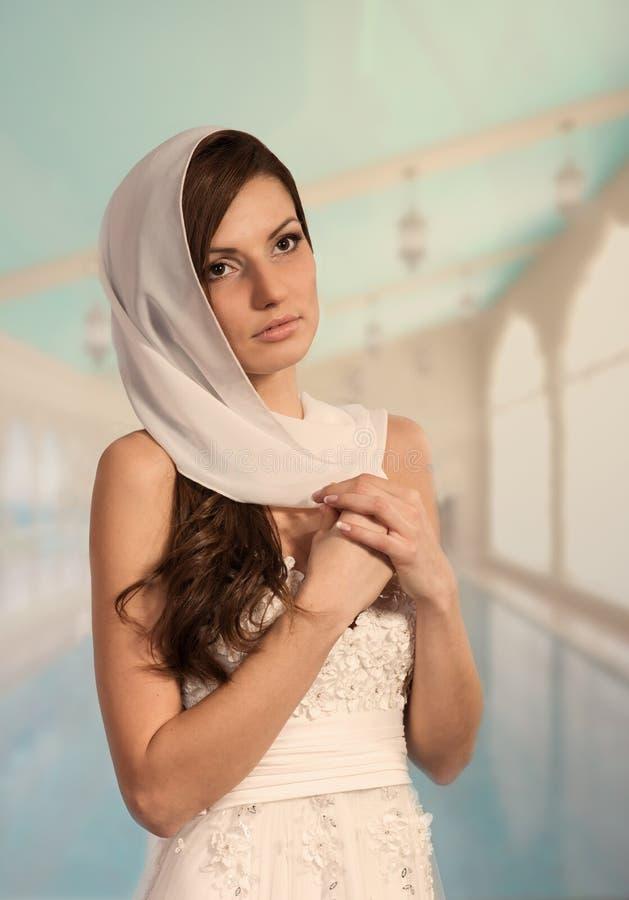 Romantisches Mädchen im Hochzeitskleid lizenzfreies stockbild
