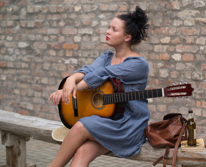 Romantisches Mädchen mit Gitarre lizenzfreie stockbilder