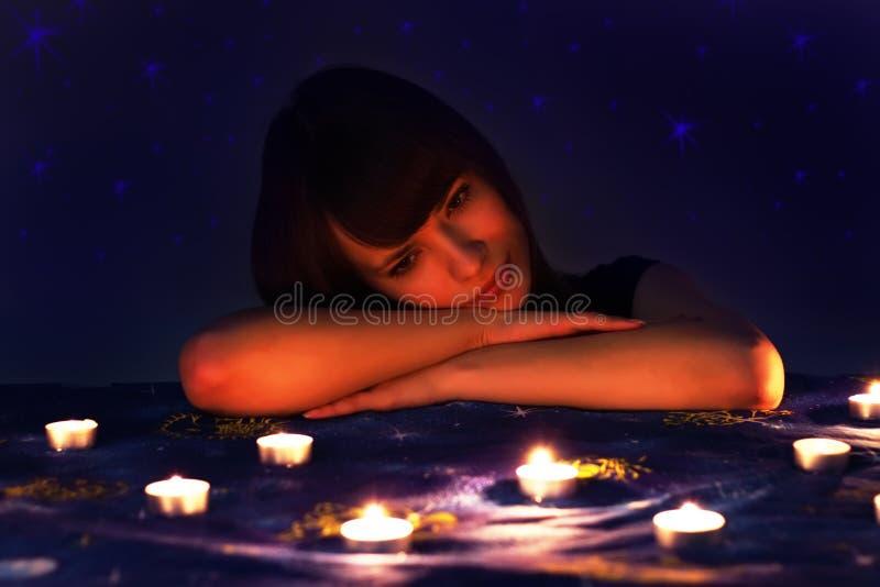 Romantisches Mädchen und Kerzen lizenzfreies stockfoto