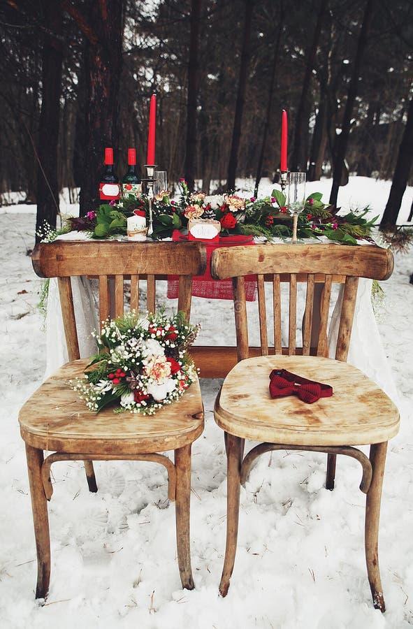 Romantisches Mittagessen des Winters draußen lizenzfreie stockbilder