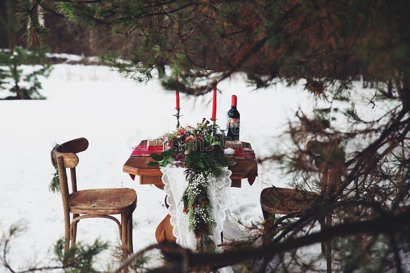 Romantisches Mittagessen des Winters draußen stockbild