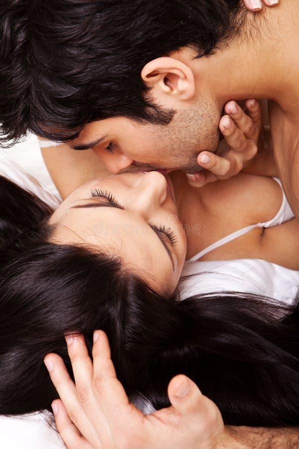 Romantisches Paar-Küssen lizenzfreie stockbilder