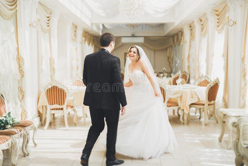 Romantisches Paartanzen und Küssen auf ihrer Hochzeit lizenzfreie stockfotografie