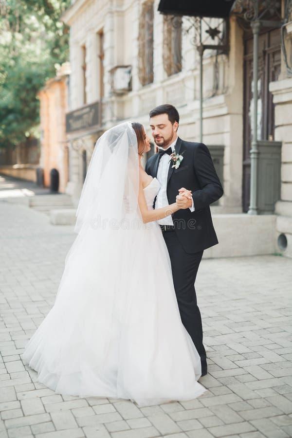 Romantisches Paartanzen und Küssen auf ihrer Hochzeit stockfoto