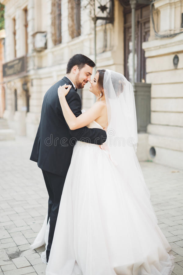 Romantisches Paartanzen und Küssen auf ihrer Hochzeit stockbild