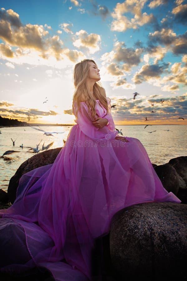Romantisches Porträt von schönem vorbildlichem Woman stockfotos